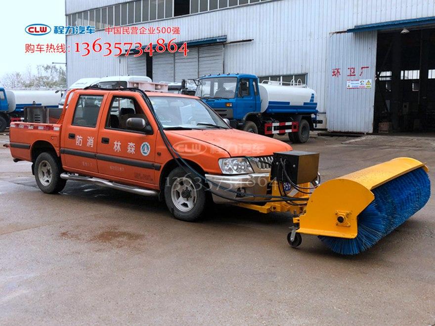 皮卡车装雪铲+雪滚